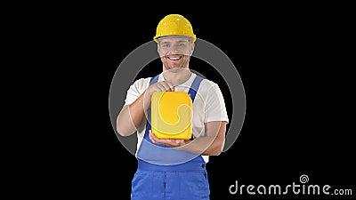 Bauarbeiter, der Baumaterial im Kanister, Alpha Channel annonciert stock video