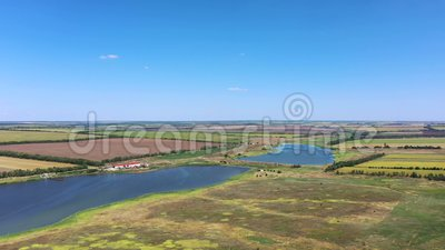 Bauernhof am Ufer des Teiches stock footage