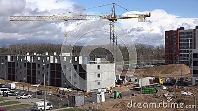 Haus bauen baustelle  Baustelle Mit Dem Kran Und Arbeitskräften, Die Flaches Haus Bauen ...