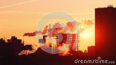 Baustellekran auf Geb?ude in der Stadt, Dampfwolken, Arbeitskr?fte silhouettieren auf Dach stock video footage