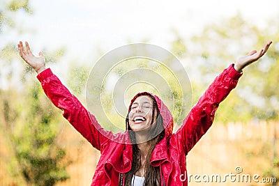 Bawić się w deszczu radosna kobieta
