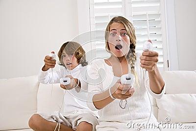 Bawić się wideo gemowi dzieciaki