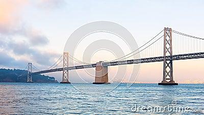 Baybridge van San Francisco bij zonsondergang