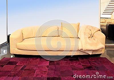 Beżowa kanapa