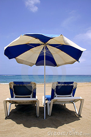 Free Beach Umbrella And Beds Royalty Free Stock Image - 142666