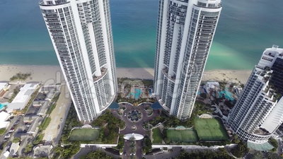 Beachfrontflatgebouwen met koopflats in de luchtvideo van Sunny Isles Beach stock video