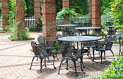 Bearbeitetes Eisen-Möbel im luftigen Hof