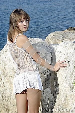 Beaty auf einem weißen Felsen nahe dem Meer