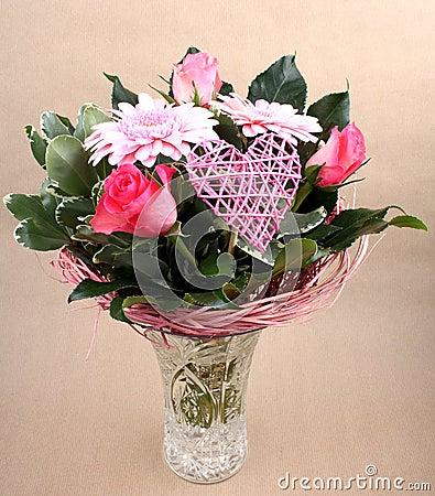 beau bouquet de fleur avec des roses et coeur dans le vase. Black Bedroom Furniture Sets. Home Design Ideas