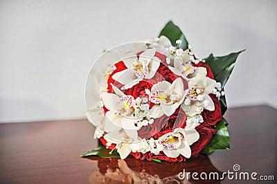 beau bouquet des fleurs roses sur la table bouquet de. Black Bedroom Furniture Sets. Home Design Ideas