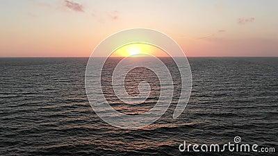Beau coucher du soleil sur la plage, couleurs stupéfiantes, un rayon de lumière Vue aérienne Seacape La mer M?diterran?e cyprus V banque de vidéos