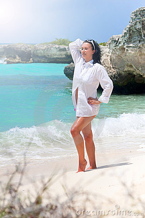 Beau femme sur la plage des Caraïbes