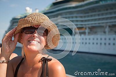 Bonne Mercredi Beau-femme-vacationing-avec-le-bateau-de-croisi-egravere-thumb11441388