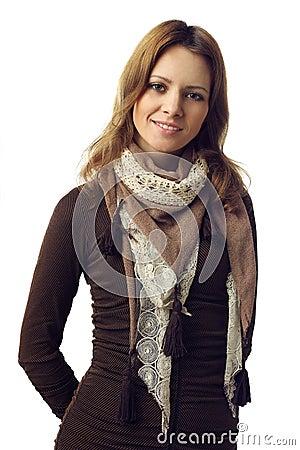 Beau modèle de mode de femme avec le sourire toothy