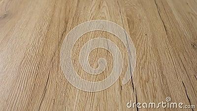 Beau parquet en bois fraîchement installé Le sol est en bois de chêne naturel dur et sablé et fini avec un flotteur naturel clair banque de vidéos