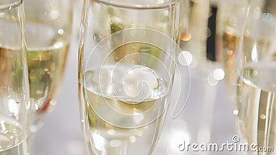 Beau plan rapproché des verres de champagne ?clairage merveilleux clips vidéos