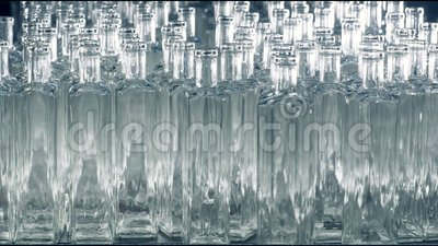 Beaucoup de bouteilles en verre sont placées sur une chaîne de montage à une usine 4K clips vidéos