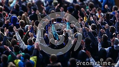 Beaucoup de fans applaudissant et soutenant l'équipe de football au stade, manifestation sportive banque de vidéos
