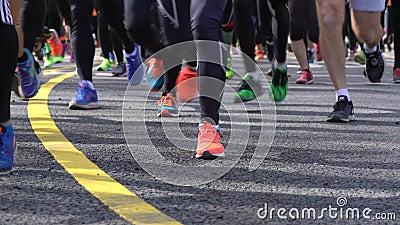 Beaucoup de fans d'un mode de vie sain courent le marathon de ville plan rapproché des pieds banque de vidéos