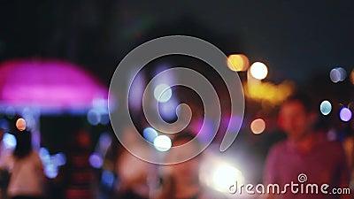 Beaucoup de personnes la nuit lancent le fond sur le marché brouillé par Bokeh clair 1920x1080 banque de vidéos