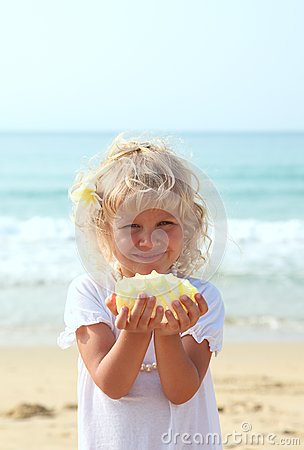 Beauti girl with a seashell