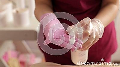 Beautician gniesie specjalną śmietankę na jego rękach po włosianego usunięcia zdjęcie wideo