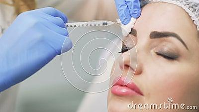 Beautician robi botox zastrzykowi w czole zbiory wideo