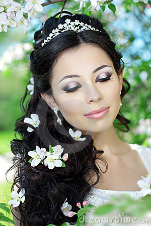 Free Beautiful Bride In A Blossoming Garden Royalty Free Stock Photos - 20200678