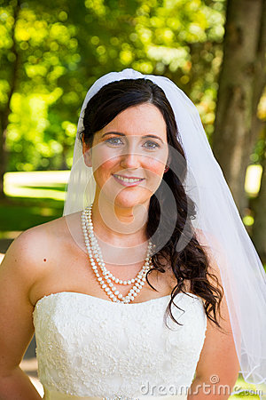 Free Beautiful Bride Portraits Outdoors Royalty Free Stock Images - 32308619
