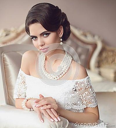 Free Beautiful Brunette, Elegant Woman Portrait. Fashion Pearl Jewelr Stock Image - 101770391