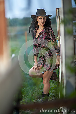 Free Beautiful Brunette Girl With Country Look, Outdoors Shot Near Wooden Fence, Rustic Style. Attractive Woman With Cowboy Hat Royalty Free Stock Photography - 81992397