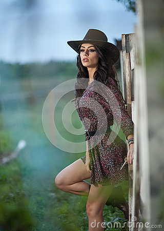 Free Beautiful Brunette Girl With Country Look, Outdoors Shot Near Wooden Fence, Rustic Style. Attractive Woman With Cowboy Hat Royalty Free Stock Photo - 81995855