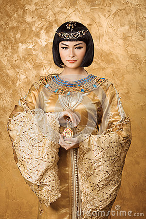 Free Beautiful Egyptian Woman Like Cleopatra With Perfume Bottle On Golden Background Royalty Free Stock Image - 74765066