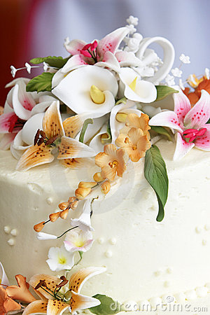 Free Beautiful Flowers On Top Of A Wedding Cake Royalty Free Stock Photos - 1221178