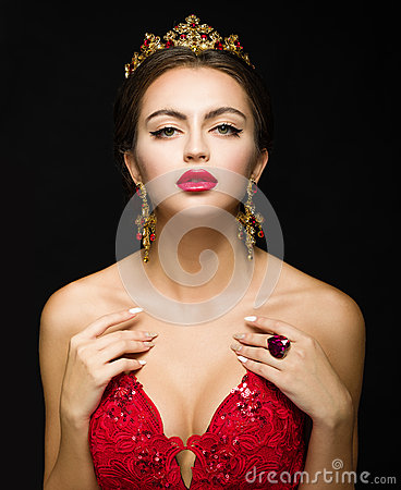 Free Beautiful Girl In A Golden Crown And Earrings On A Dark Backgrou Royalty Free Stock Photos - 70777818
