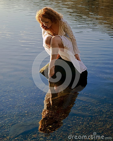 Free Beautiful Girl With Red Hair Reflected In Ripples And Still Water Royalty Free Stock Photos - 85298958