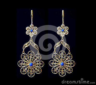 Free Beautiful Gold Ornaments On A Dark Background. Jewelry For Women. Necklace And Earrings Royalty Free Stock Photography - 82566637