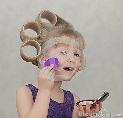 Free Beautiful Little Girl Applying Make Up Royalty Free Stock Photo - 113845665