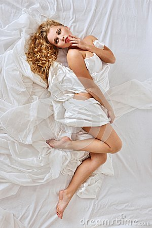 Free Beautiful Naked Woman On White Bed. Royalty Free Stock Photos - 108441408