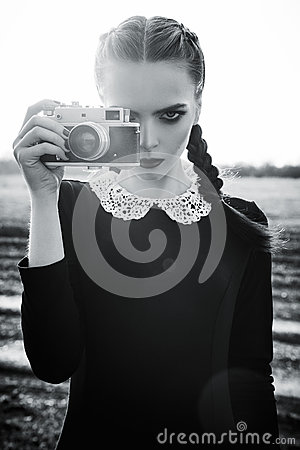 Free Beautiful Sad Young Girl Photographing On Vintage Film Camera. Black And White Stock Image - 91032631
