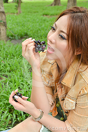 Beautiful woman eat fruit