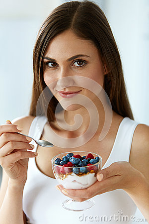 Free Beautiful Woman Eating Yogurt, Berries And Cereal. Healthy Diet Royalty Free Stock Images - 79972669