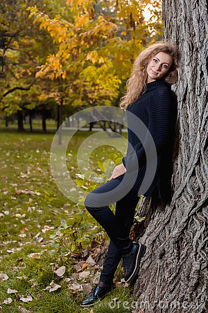 Free Beautiful Woman In Black Sweater, Posing In Autumn Park Royalty Free Stock Photos - 78984048