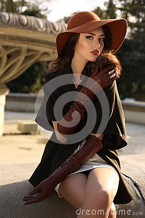 Free Beautiful Woman In Elegant Coat,gloves And Felt Hat Royalty Free Stock Photography - 58302247