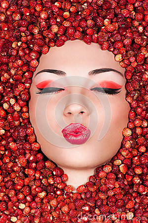 Free Beautiful Woman Lying In Wild Strawberry Stock Images - 43319604