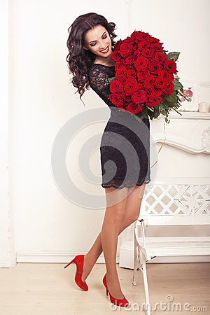 Free Beautiful Woman With Dark Hair Posing With A Big Bouquet Of Roses Royalty Free Stock Image - 40292226