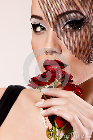 Free Beautiful Woman With Dark Red Roses Flower In Veil Retro Glamour Stock Photo - 36492110