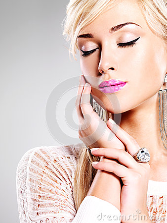 Free Beautiful Woman With Fashion Makeup And White Hairs Royalty Free Stock Images - 30067299