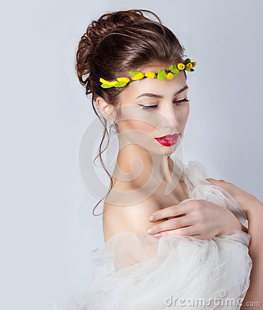 Free Beautiful Young Sexy Elegant Woman With Red Lips, Beautiful Hair With A Wreath Of Yellow Roses On The Head With Bared Shoulders Royalty Free Stock Images - 51536389