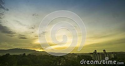 Beautil soluppgång tidigt på morgonen i Malaysia Ett träd med gyllene ljus arkivfilmer